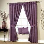 Фиолетовые подушки на подоконнике