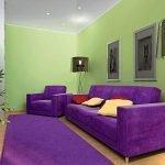 Фиолетовая мебель и зеленые стены