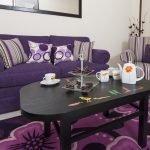 Уютный интерьер гостиной в фиолетовой мебелью