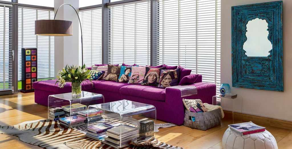 Красочный подушки на фиолетовом диване