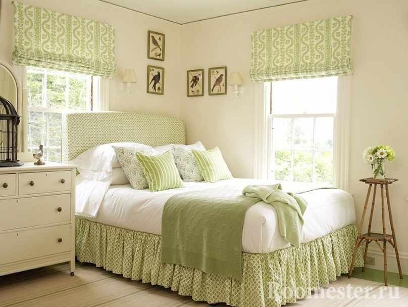 Картины с птицами над кроватью в спальне