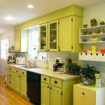 Мебель фисташкового цвета на кухне