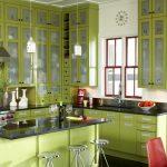 Красная и фисташковая мебель на кухне