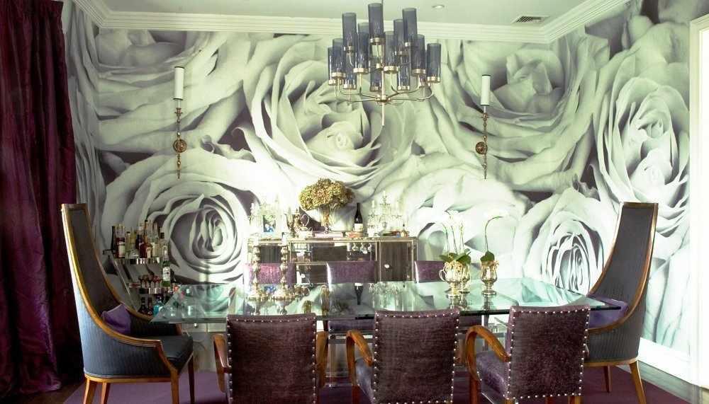 Декор стены розами в столовой