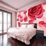 Красные розы на стене в спальне