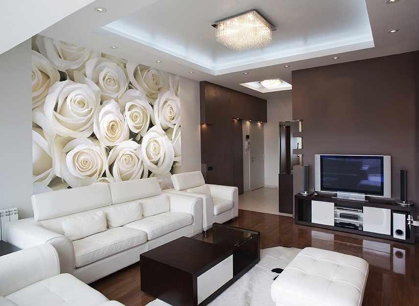 Белые розы на стене в гостиной