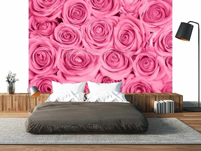 Яркие розы на стене в спальне