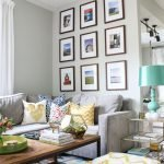 Угловой диван с множеством подушек