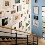 Декор стены у лестницы