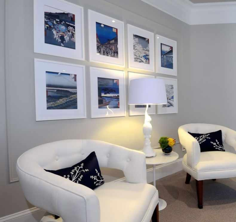 Белые кресла в интерьере гостиной