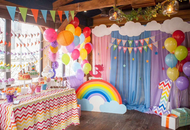 Цветная бумага в оформлении фотозоны на день рождения