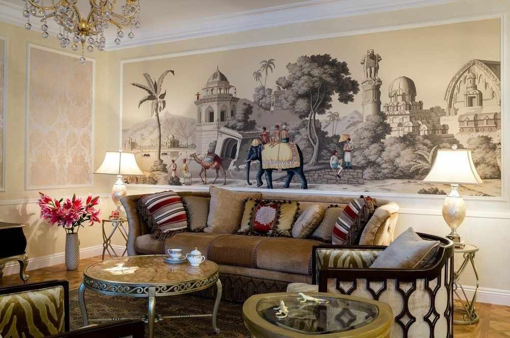 Интерьер гостиной с фреской на стене