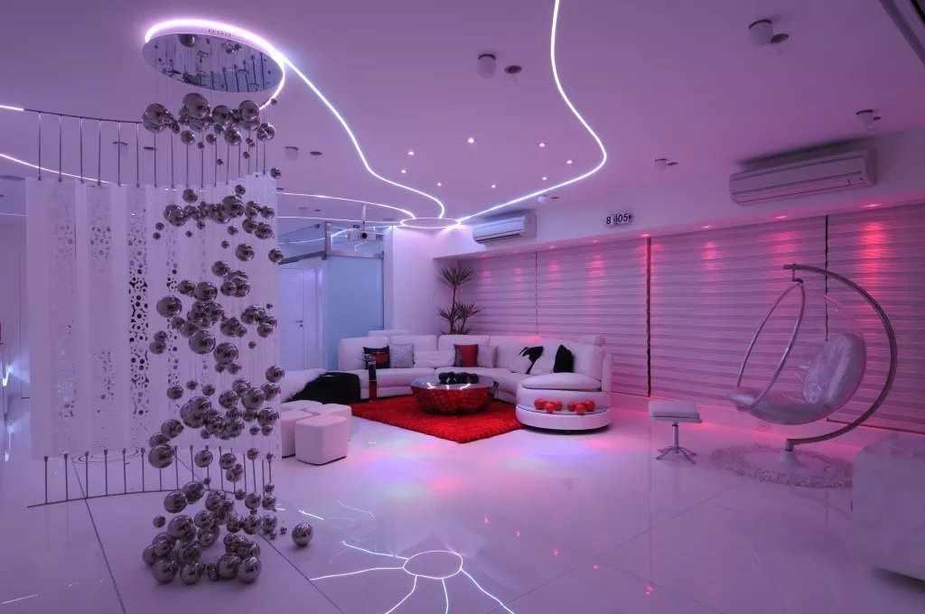 Интерьер в стиле футуризм в светлых тонах с цветной подсветкой