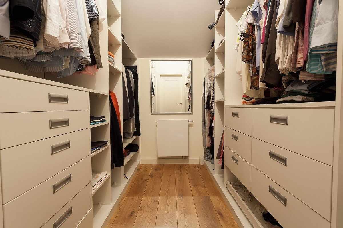 Параллельное расположение стеллажей в гардеробе