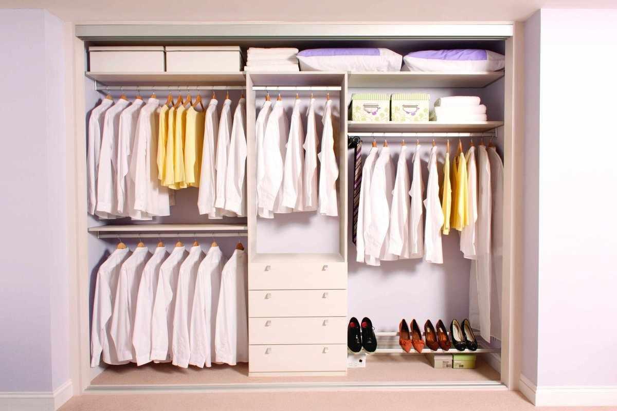 Линейное расположение стеллажей в гардеробе