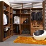 Окрашенные стены в гардеробной