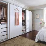 Плетенный короб у кровати