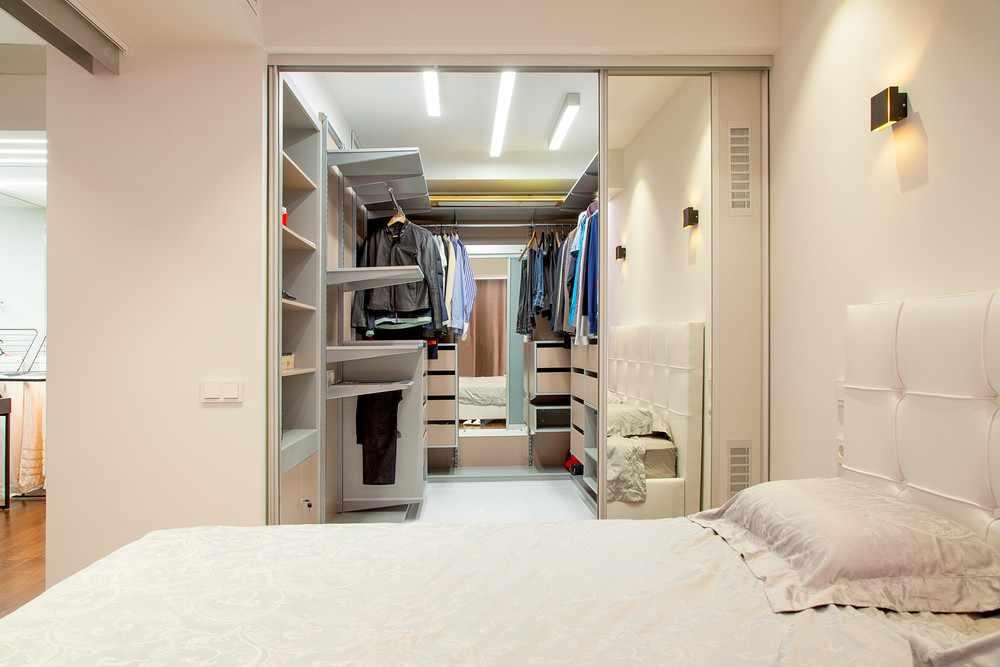 Гардеробная с большой площадью в спальне