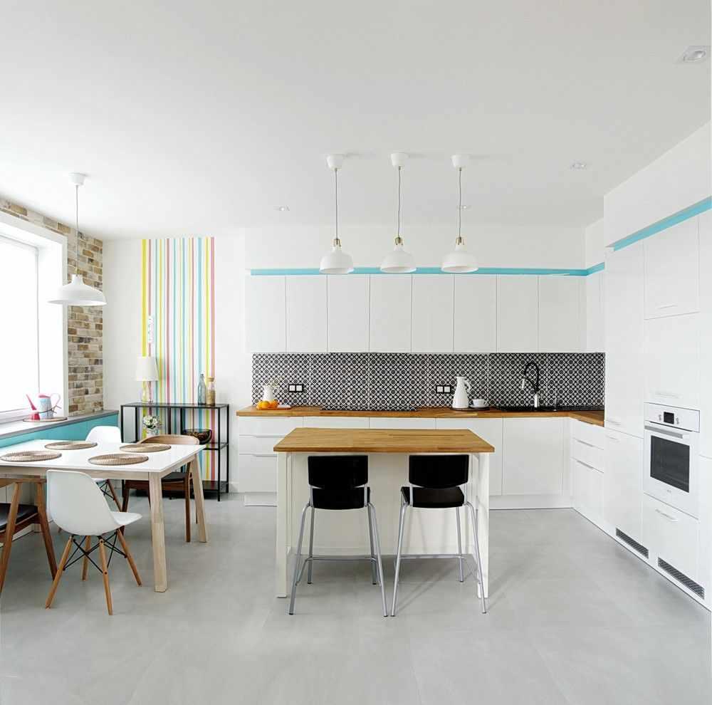 Полосы на кухне на стене
