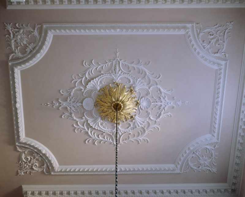 Гипсовый декор потолка