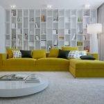 Горчичные подушки и обивка на диване