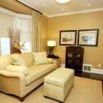 Диван с подушками в гостиной