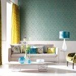 Лампа с синим абажуром на столике у дивана