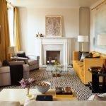 Шторы и диван одинакового цвета в гостиной