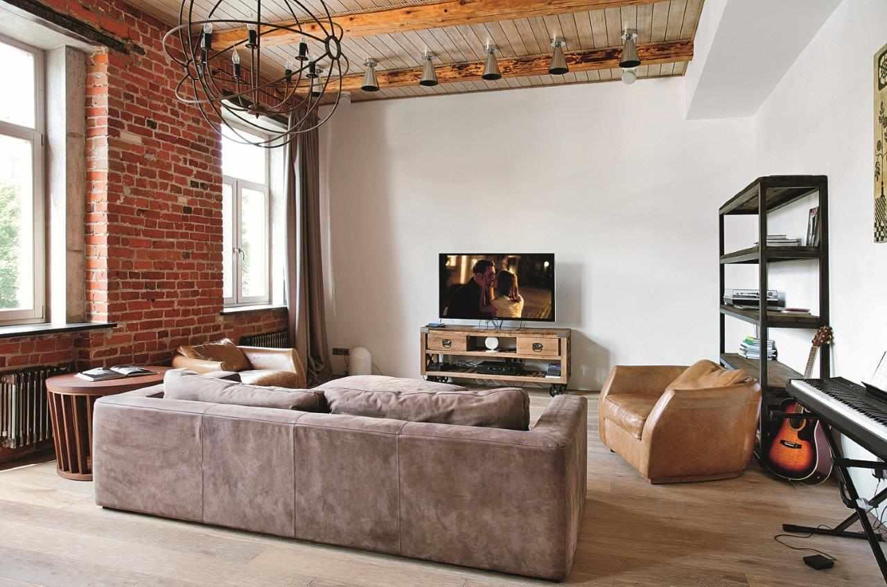 Потолок из дерева в гостиной в стиле лофт
