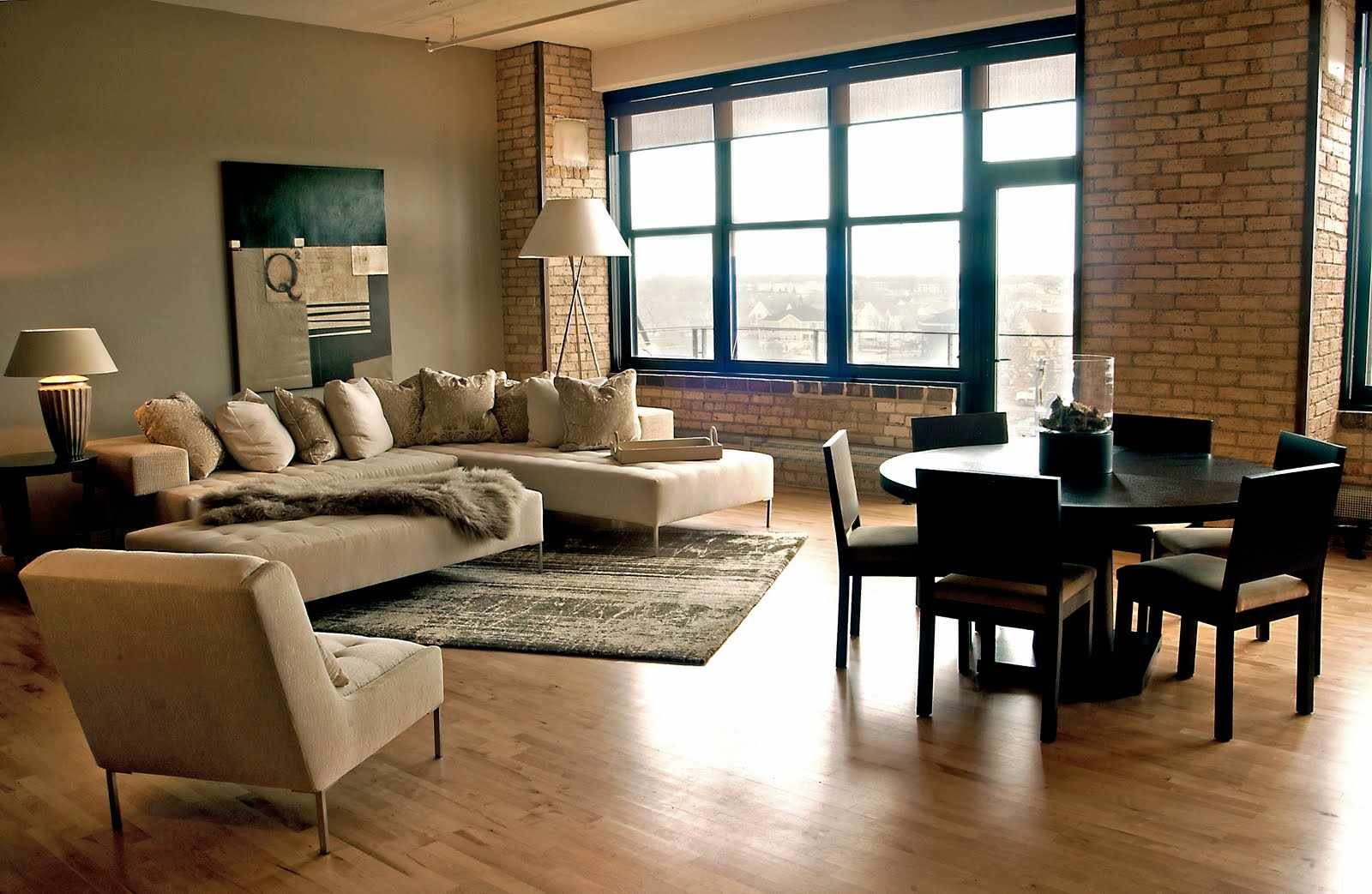 Ламинат на полу в гостиной в стиле лофт