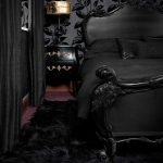 Тумбочка с лампой у кровати