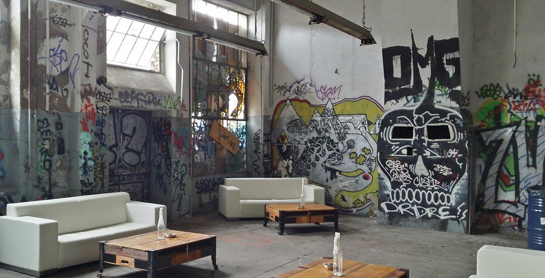 Интерьер в стиле лофт с граффити
