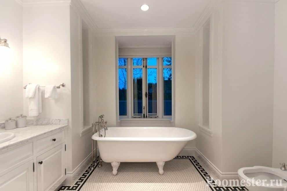 Пол ванной украшен мозаичной плиткой