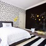 Полосатый ковер в спальне