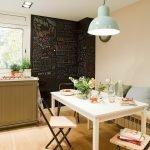 Контраст черной стены в белом интерьере