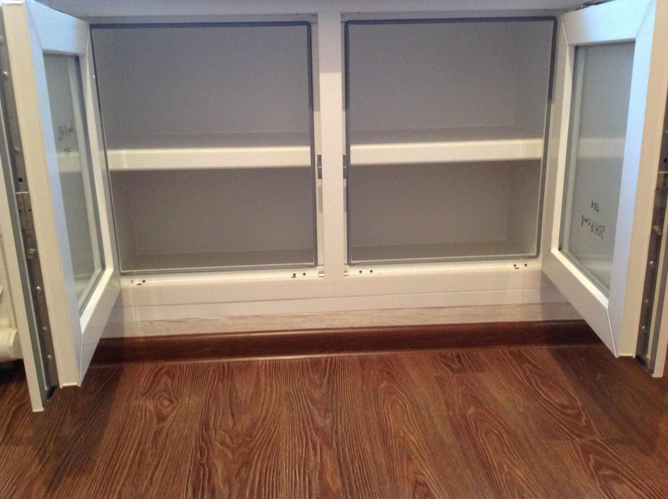 Кухня с холодильником под окном