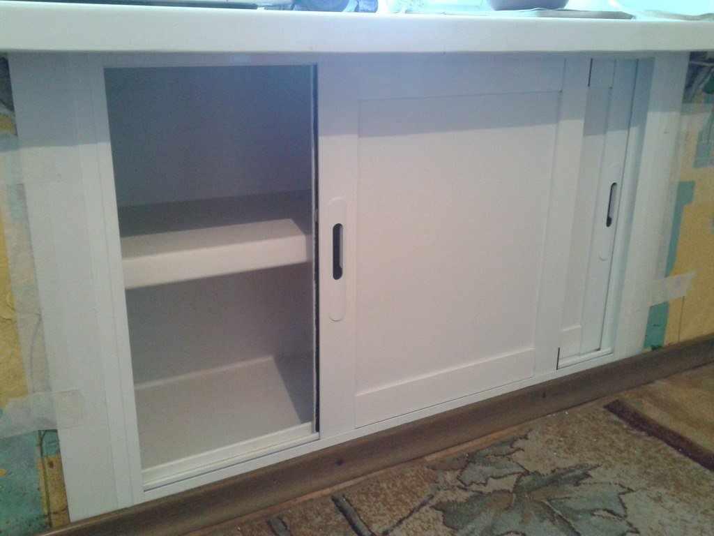 Холодильник с раздвижными дверками под окном