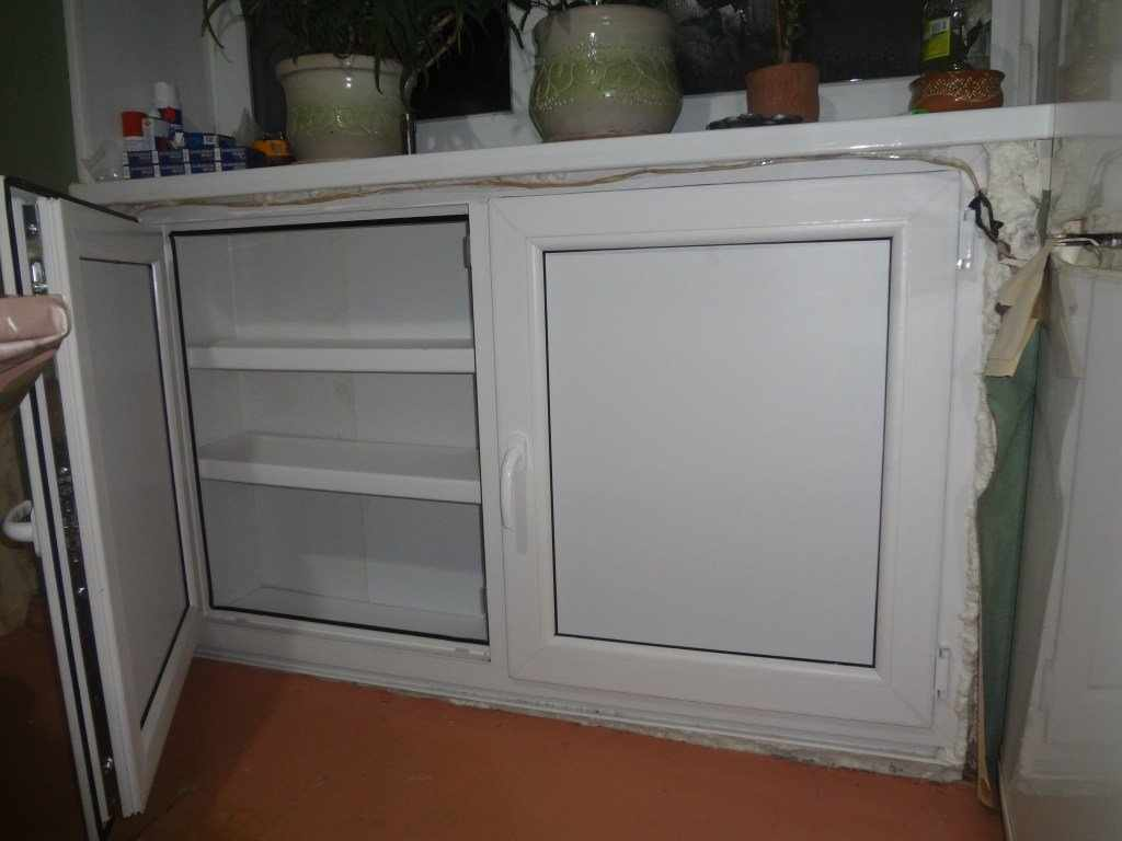 Полки в холодильнике под окном