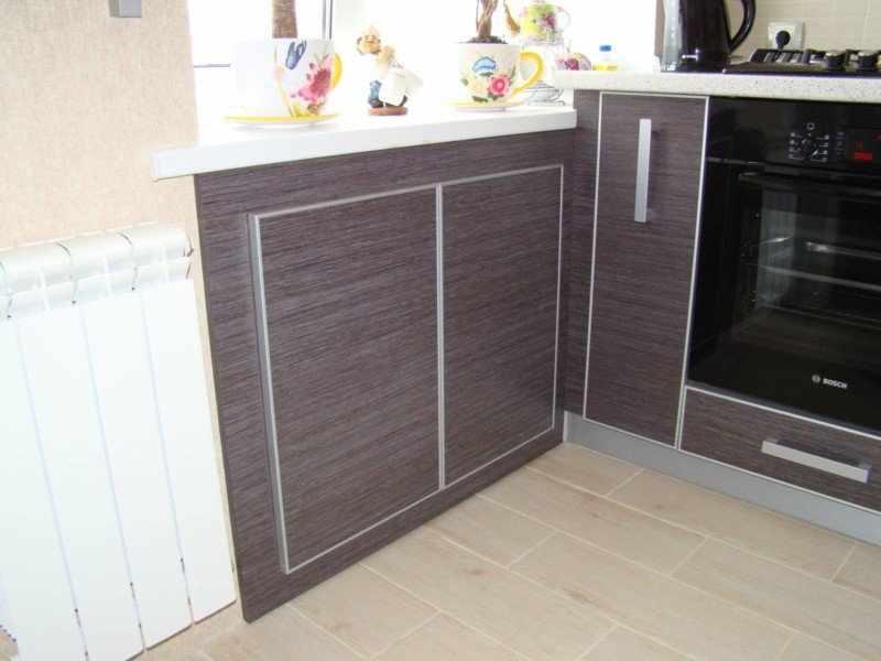 Интерьер кухни с холодильником под окном