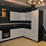 Сочетание черного и белого цветов на кухне