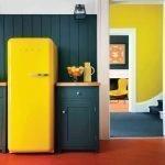 Сочетание серой стены и желтого холодильника