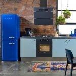 Синий холодильник на кухне