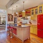 Сочетание горчичной мебели и красного холодильника