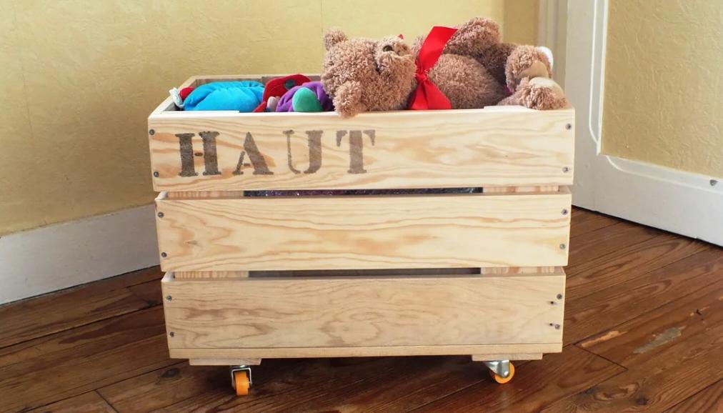 Деревянный ящик с игрушками