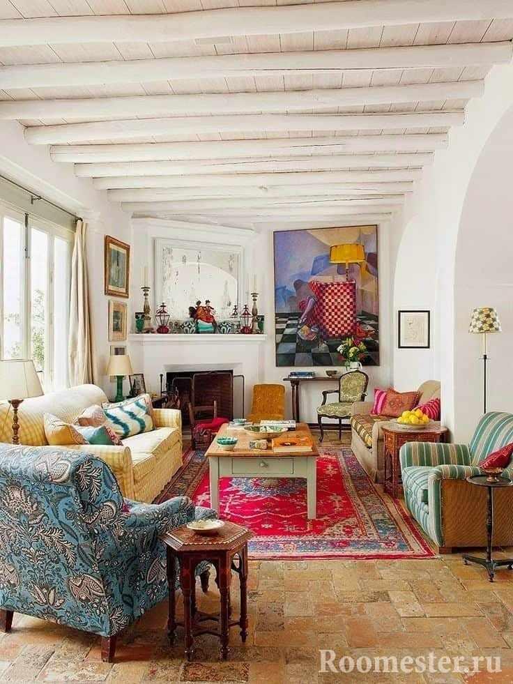 Узкая гостиная с камином и поперечными балками на потолке в загородном доме