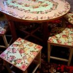 Стол и стулья с одинаковым дизайном