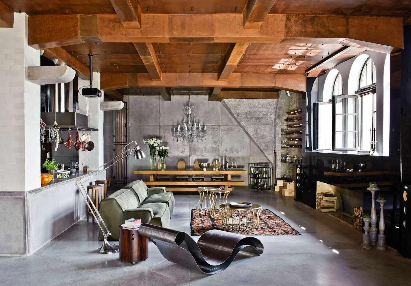 Потолок с балками в интерьере в индустриальном стиле