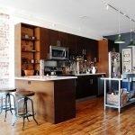 Кухонная мебель из темного дерева со встроенной микроволновкой