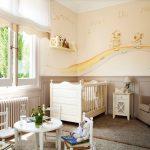Детские столик и стульчики напротив кровати