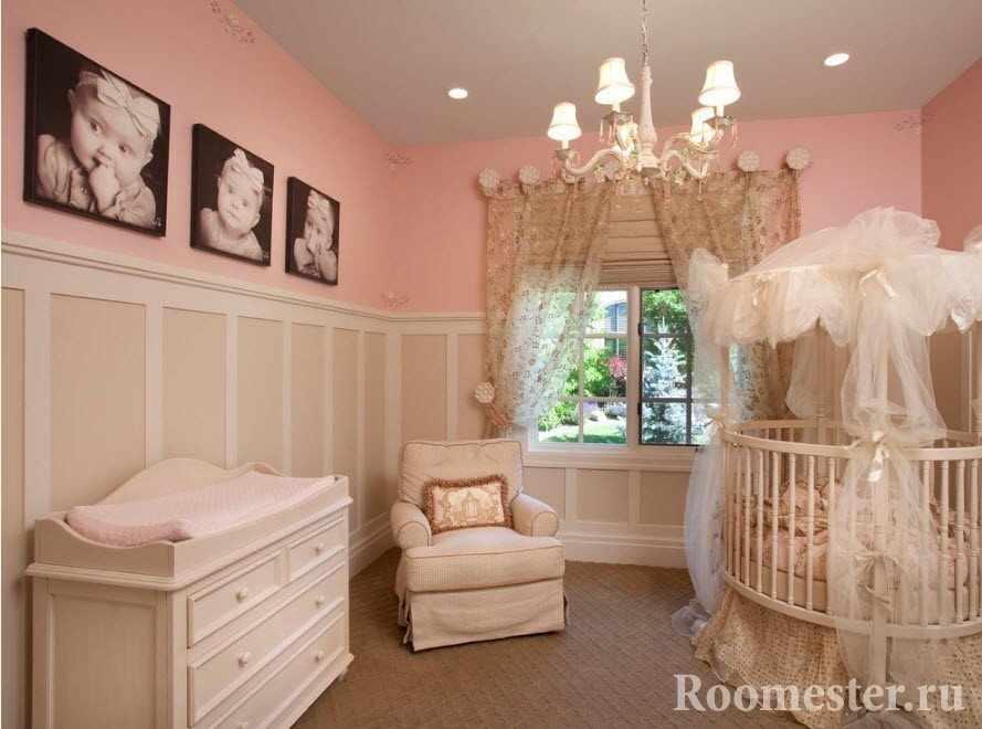 Фотографии ребенка на стене комнаты